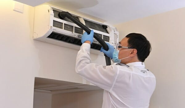 Cách vệ sinh điều hòa Daikin tại nhà đơn giản
