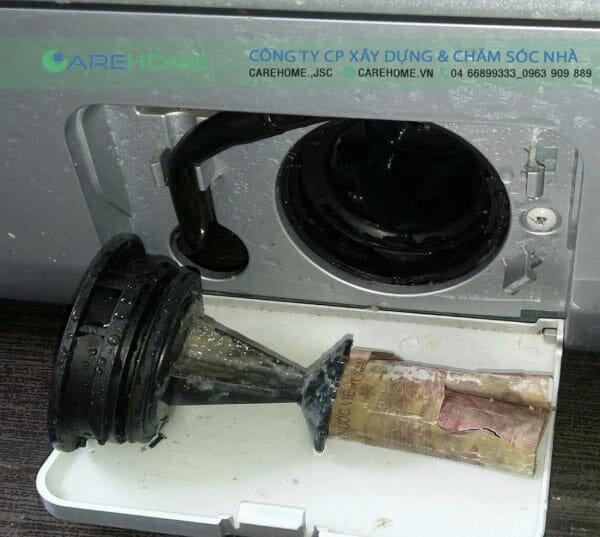 Ảnh chụp trong quá trình CareHome báo trì vệ sinh máy giặt cho khách hàng