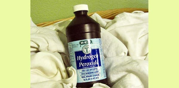 Đánh bay vết bẩn bằng Oxy Clean hoặc Oxy già